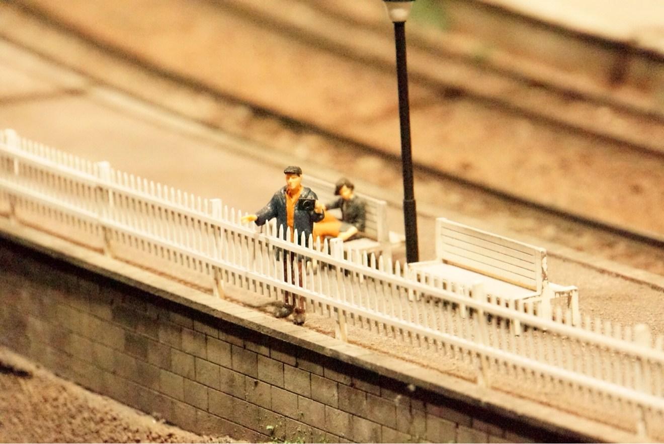 電車を待つ男性