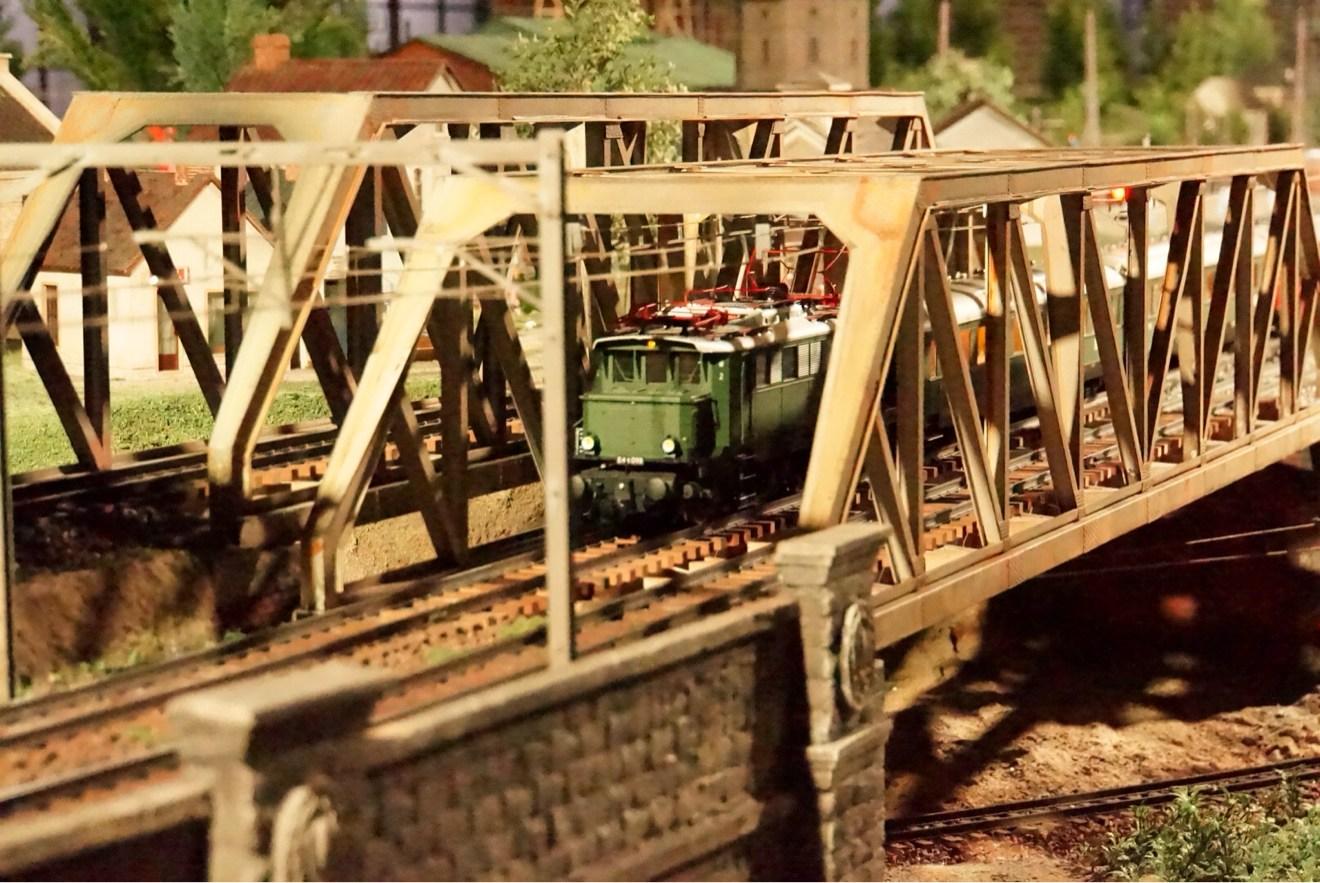 橋を通過の鉄道