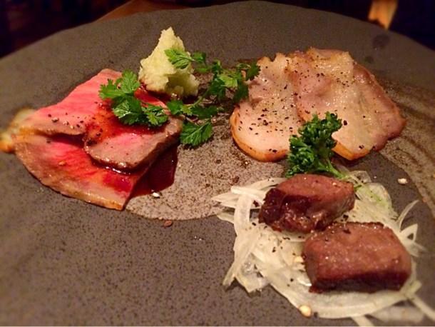 燻製お肉の盛り合わせ(富士黒豚のベーコン、燻製ラムチョップ、A5黒毛和牛リブロースの燻製ローストビーフ)