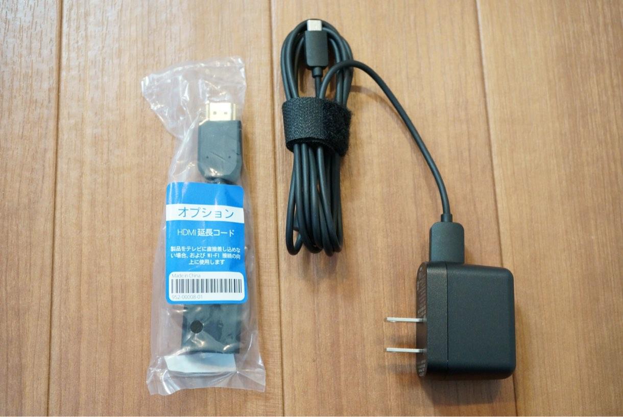 付属品としてアダプタとHDMIの延長コードが同梱されていました。