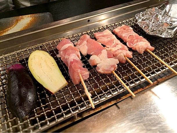 焼肉のような感じで野菜や串を焼き始め…