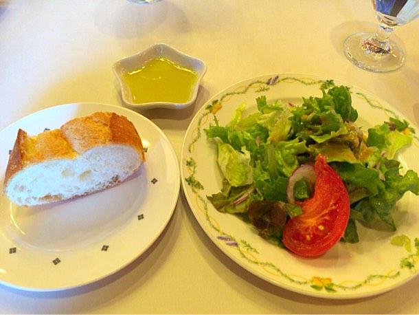 サラダとパンの前菜