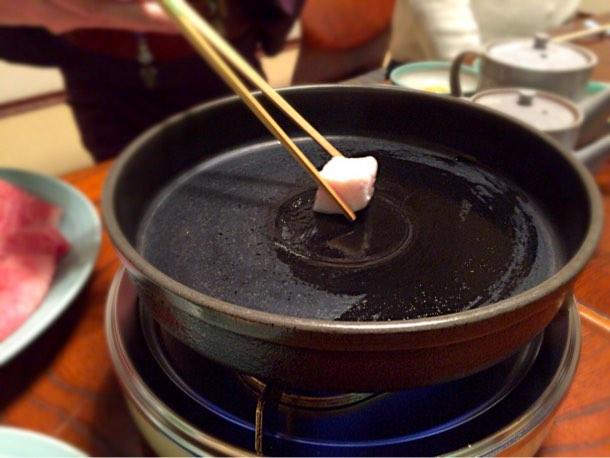 牛脂を鍋に溶かす作業