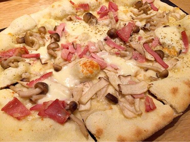 キノコやベーコン、とろけているチーズはもちろんモッツァレラ