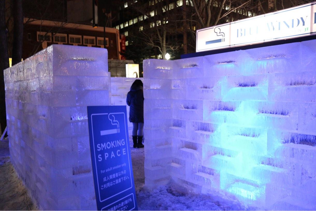 氷で囲まれた喫煙スペース