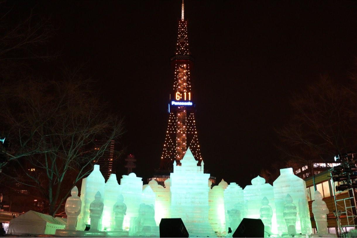 テレビ塔と雪の像