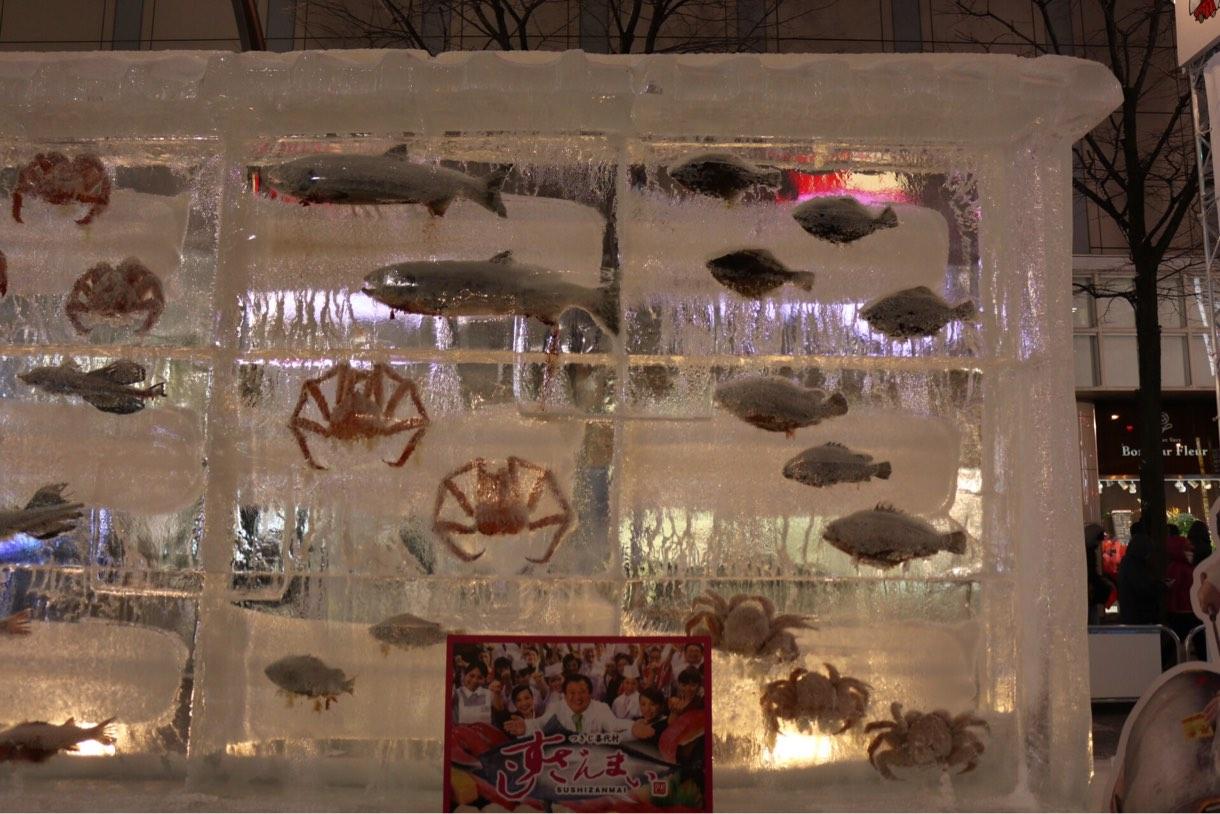 氷の中に魚が入った彫刻 すしざんまい