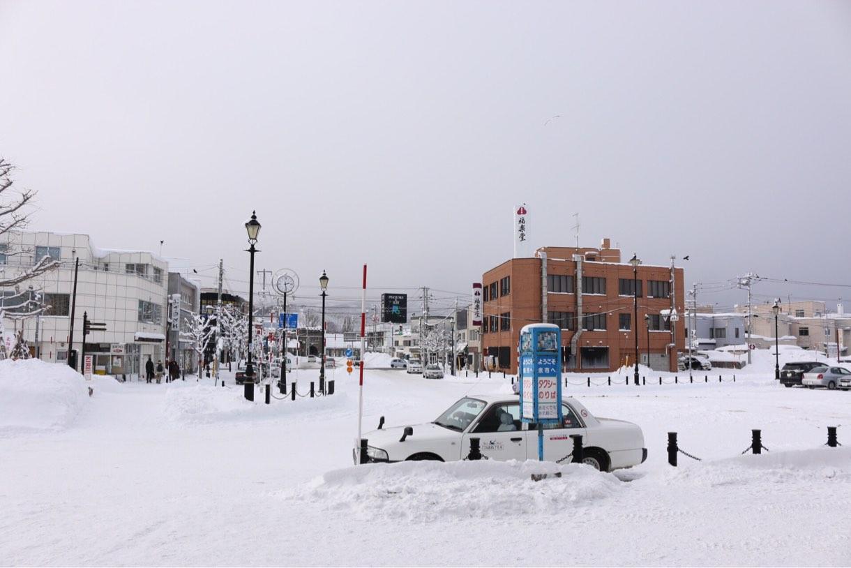 余市の駅は雪がかなり積もった雪景色