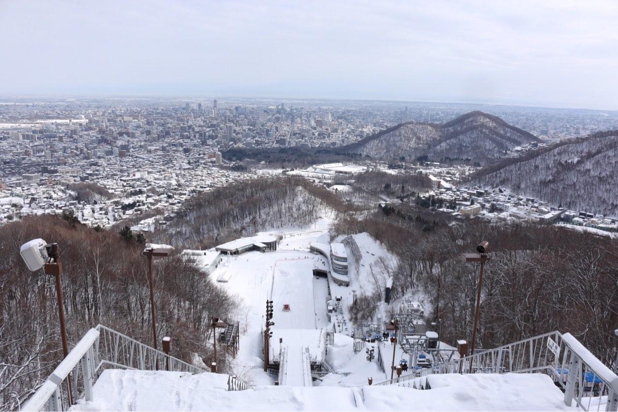 展望台から見えるジャンプ台スタート地点の景色