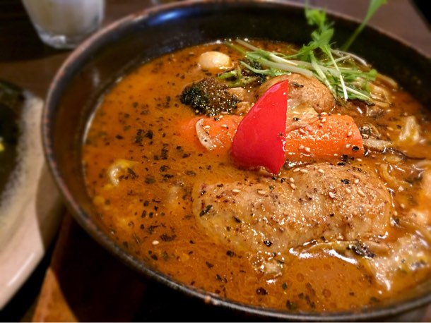 熱々のスープカレーには大きなチキンから始まりゴロッとしたジャガイモや人参やレンコンが入ってました。
