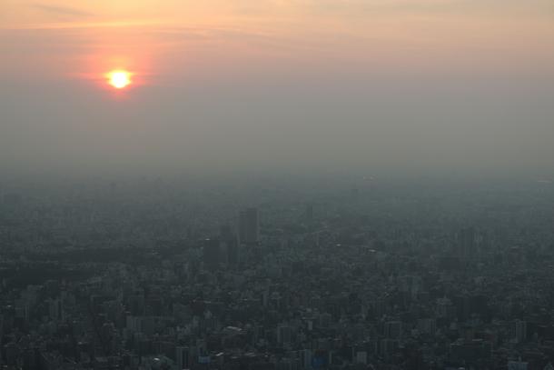 大都会に浮かぶ太陽