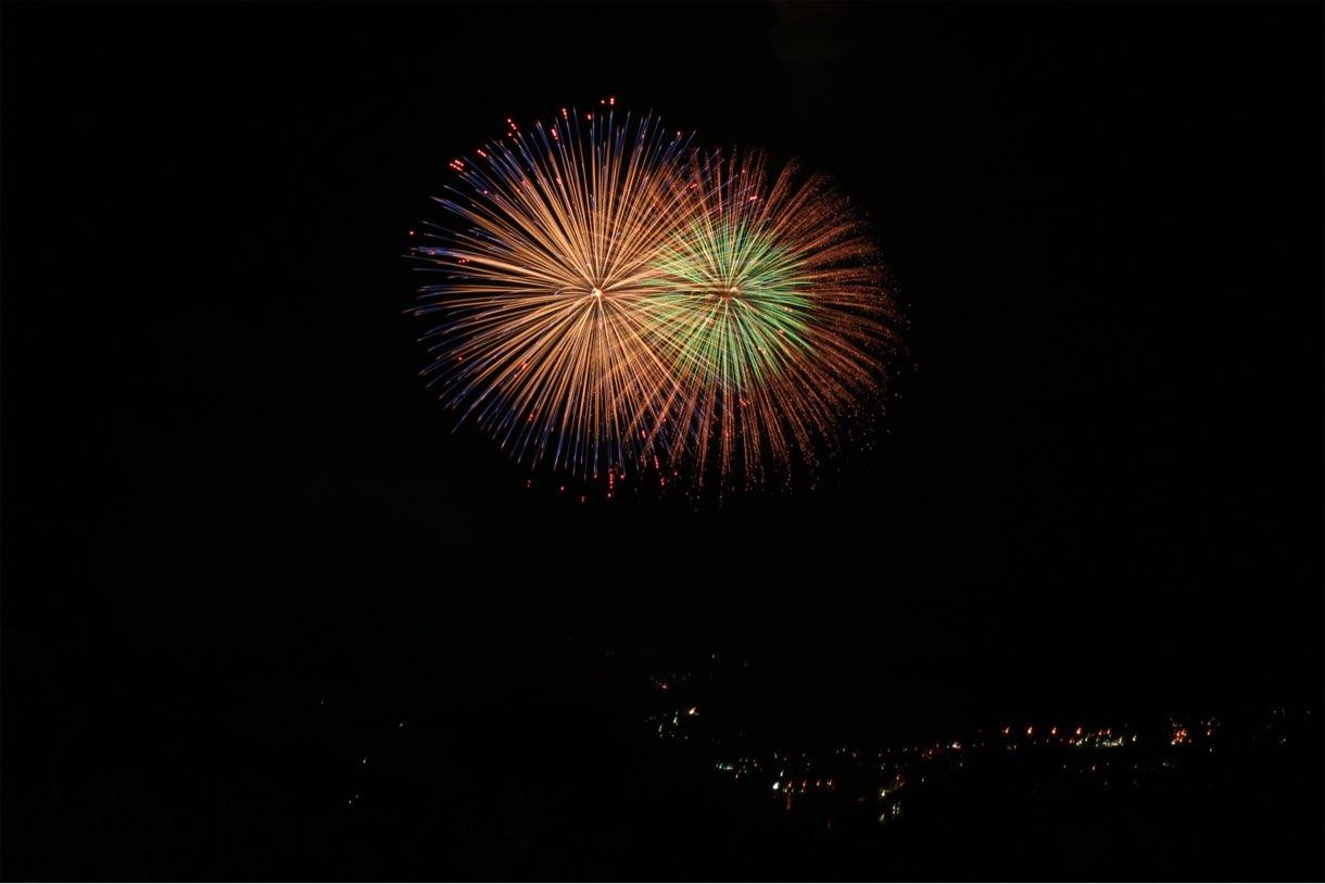夜景と湖とセットで楽しめる打ち上げ花火