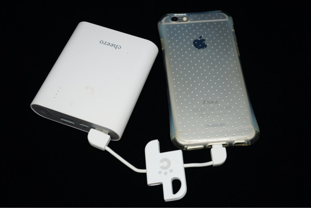 iPhoneをcheero Plate Cable with Lightningで充電している様子