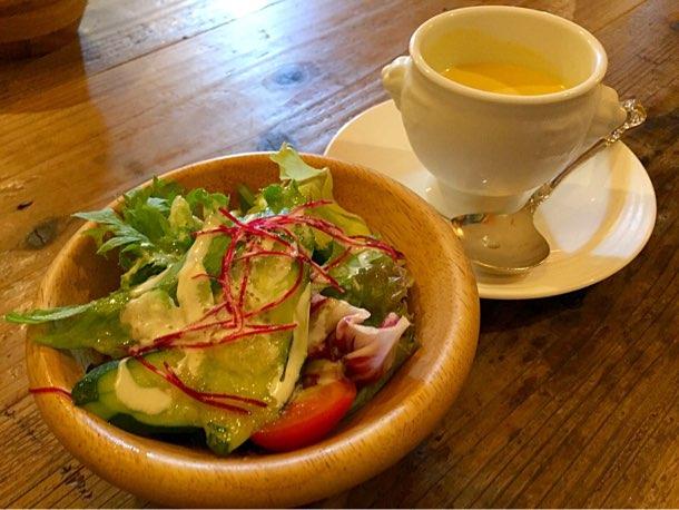 セットのサラダと冷製スープ