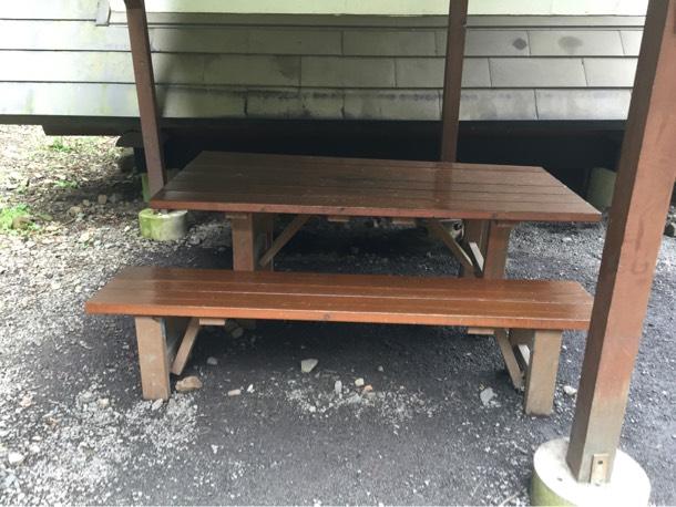 バンガローそばのテーブルと椅子