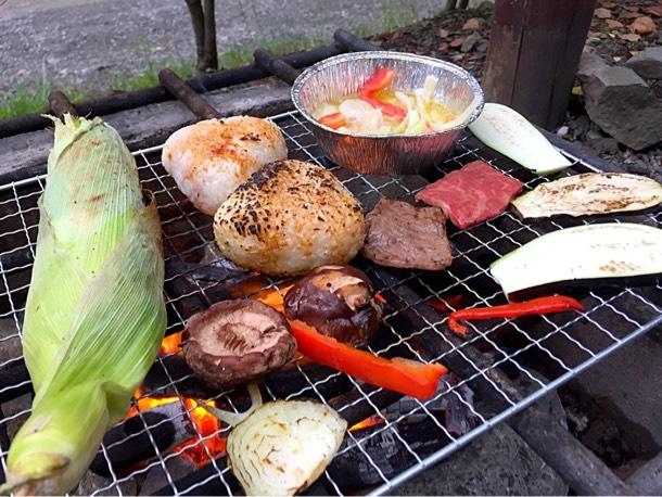 焼きとうもろこしやおにぎり、アヒージョ、焼き野菜や焼き肉を直火