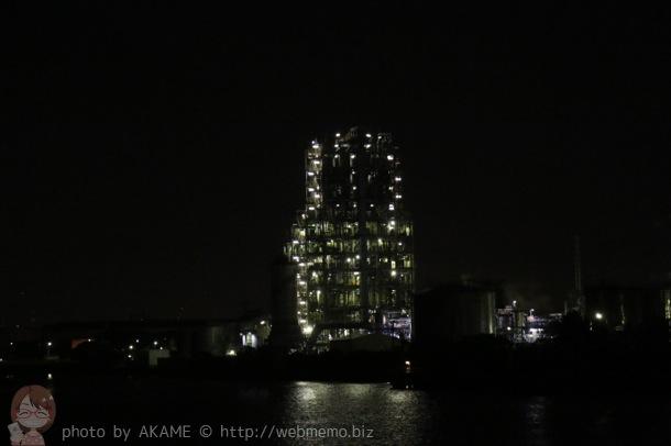 工場ライトアップと海の光