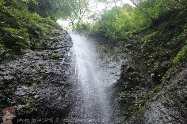 真下から撮影した滝