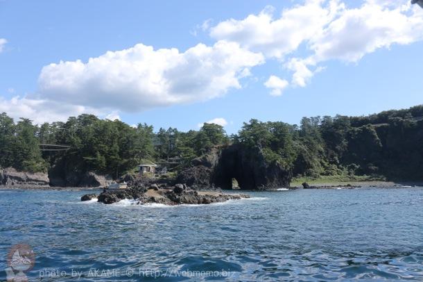 能登観光「巌門公園」遊覧船から見た巌門と日本海