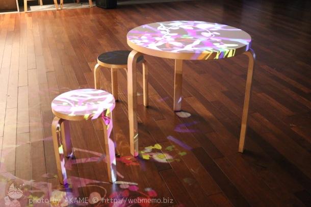 光で装飾したテーブルと椅子