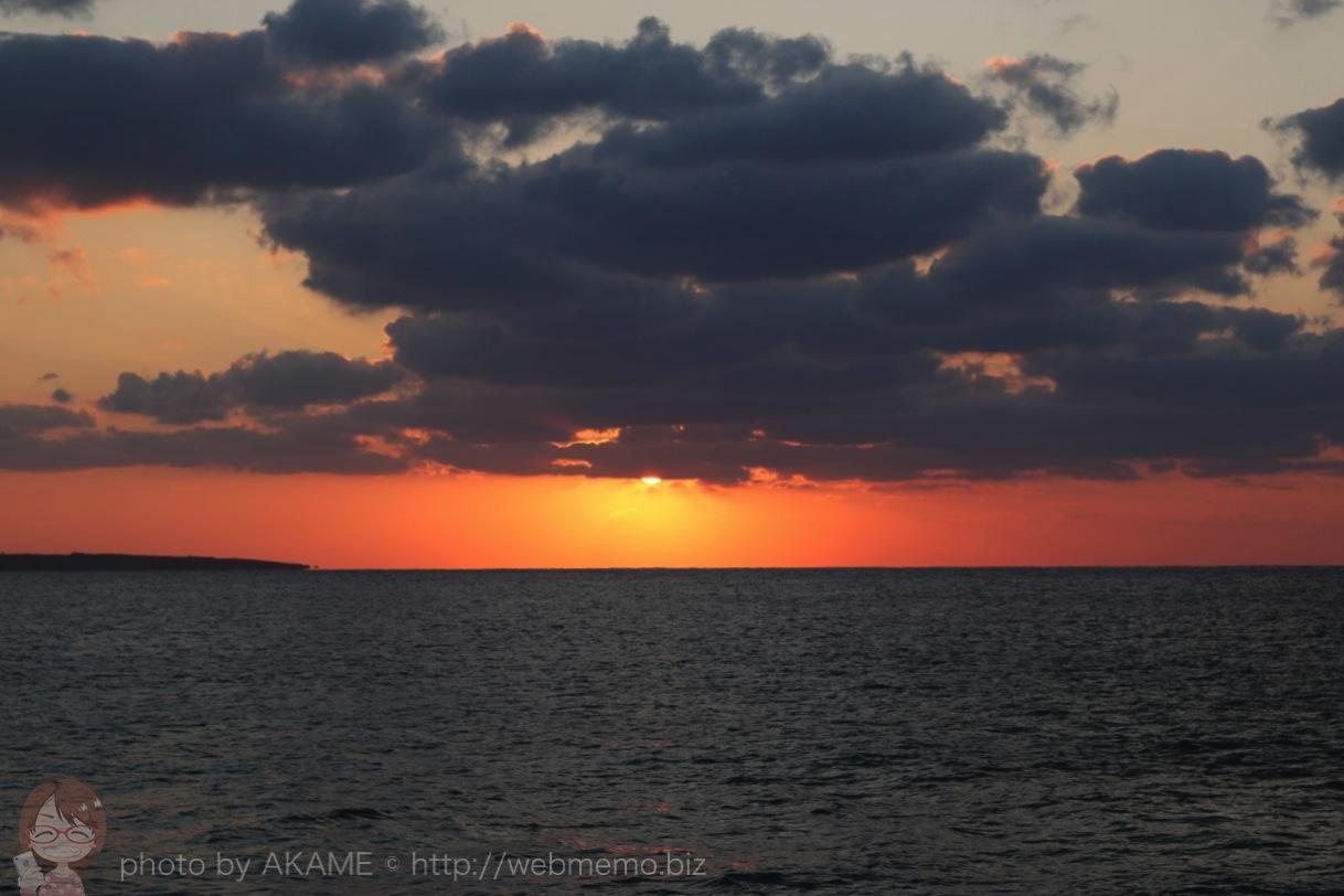 徐々にオレンジの色味が強くなってくる空と海