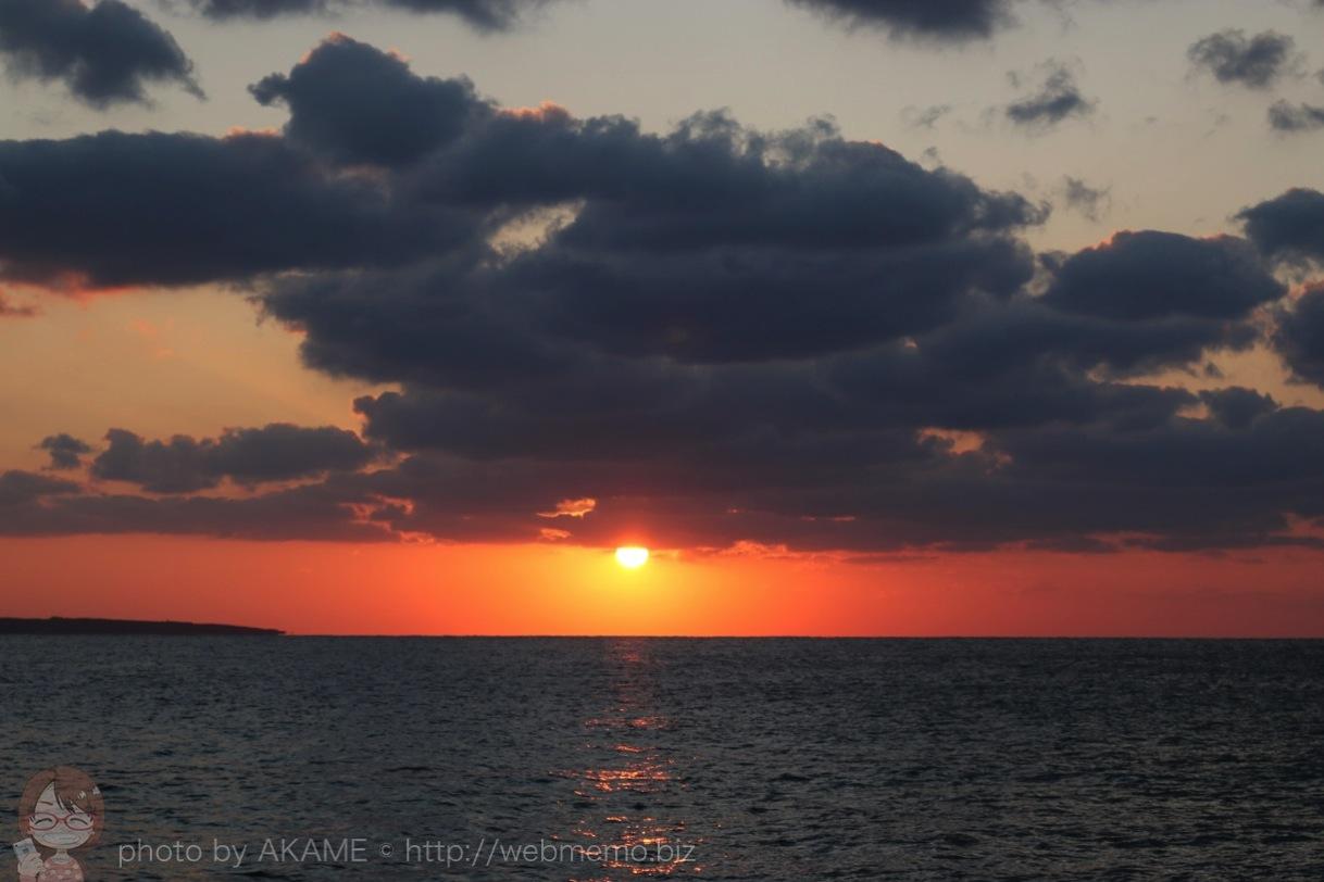 雲の下から顔を覗かせる太陽