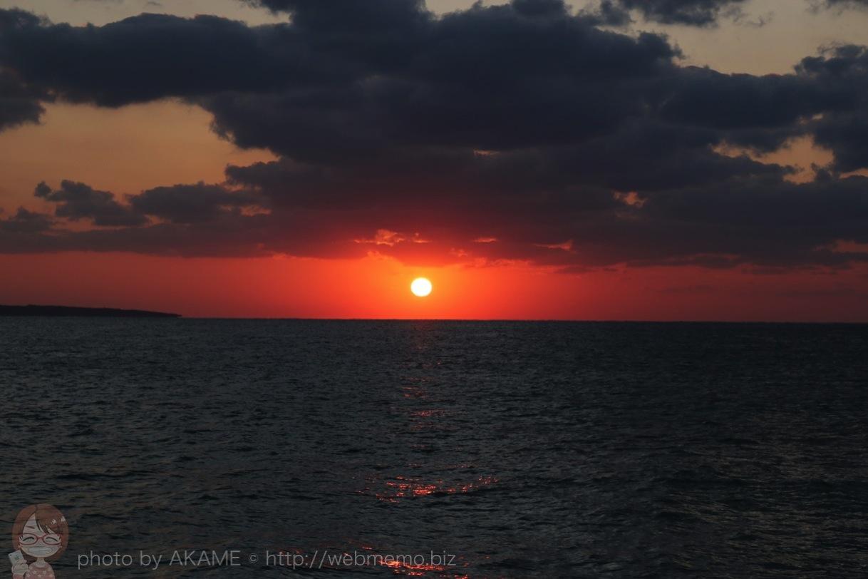 西平安名岬の水平線に沈む夕日