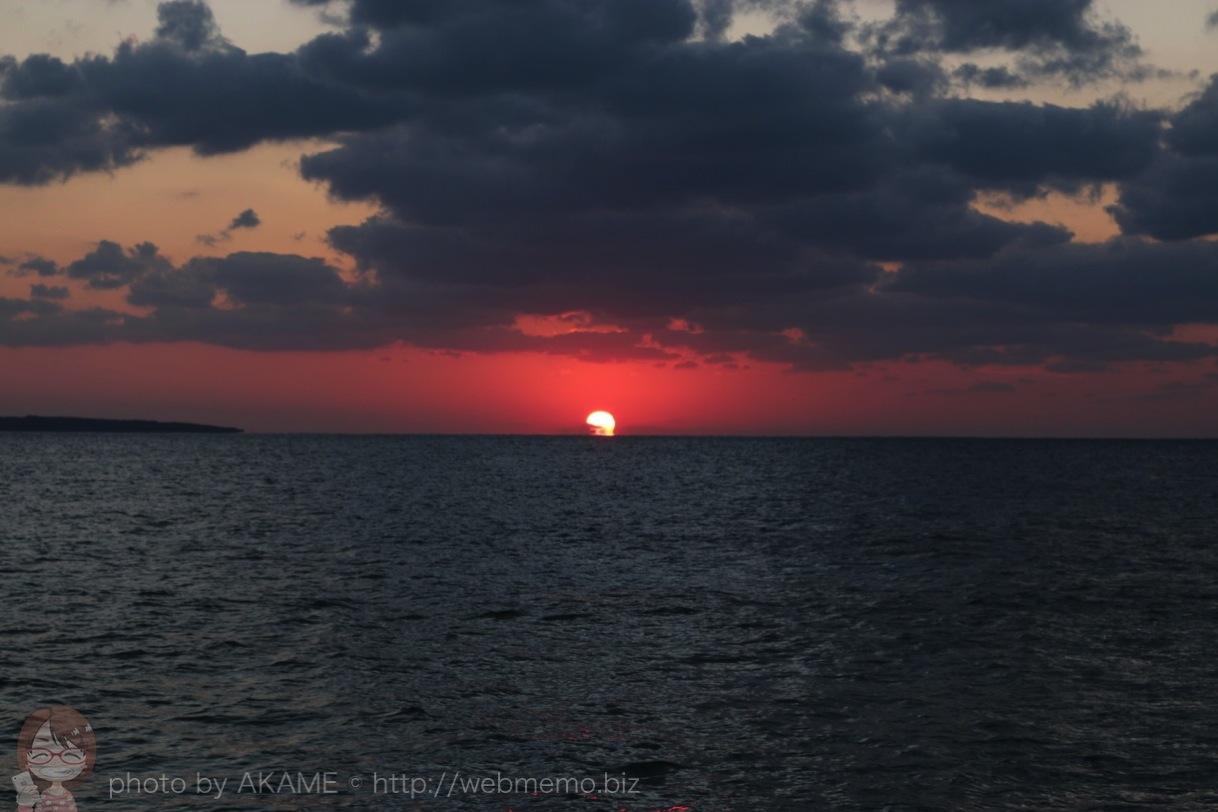 水平線に消えていく夕日