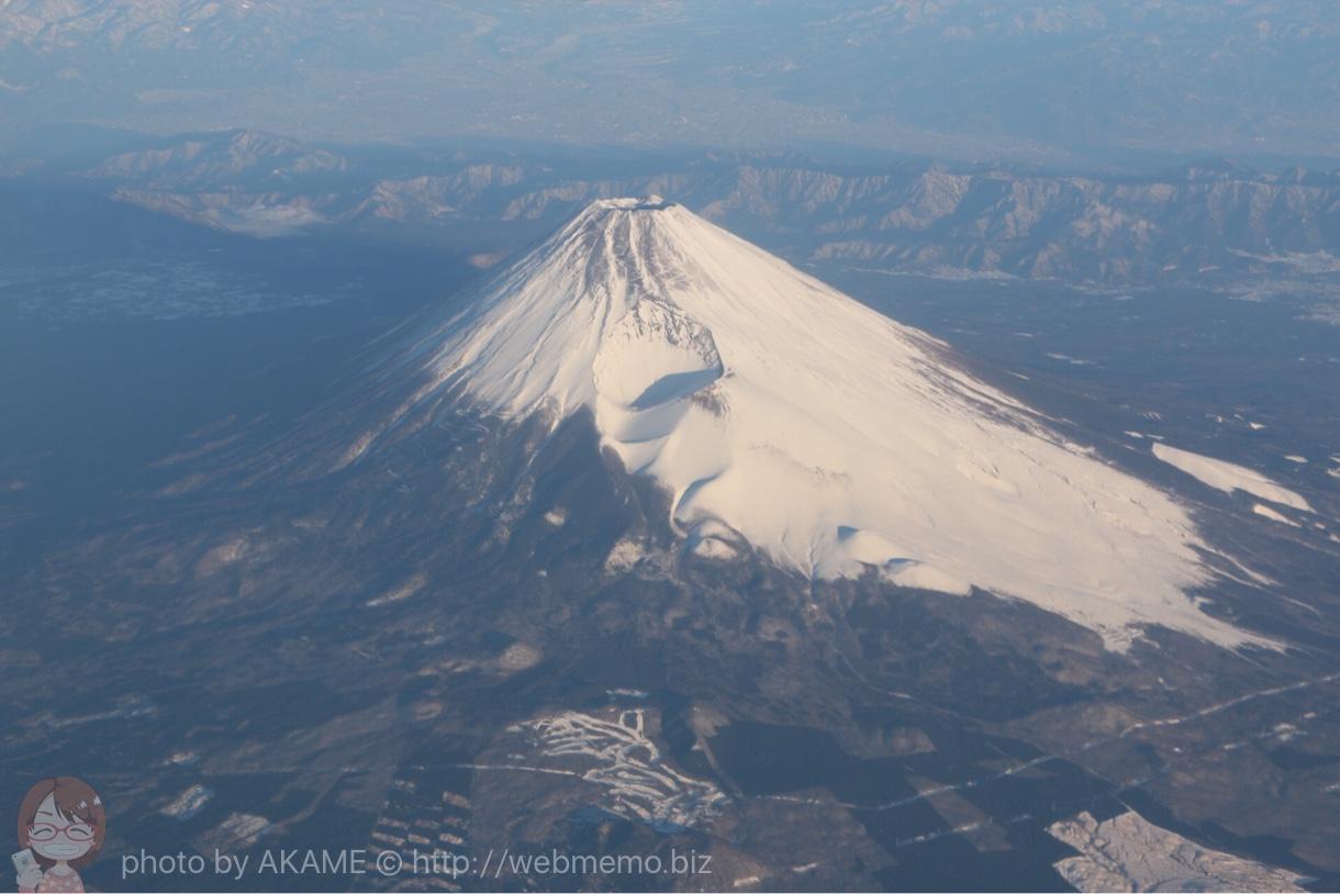 上空から撮影した雪化粧した富士山