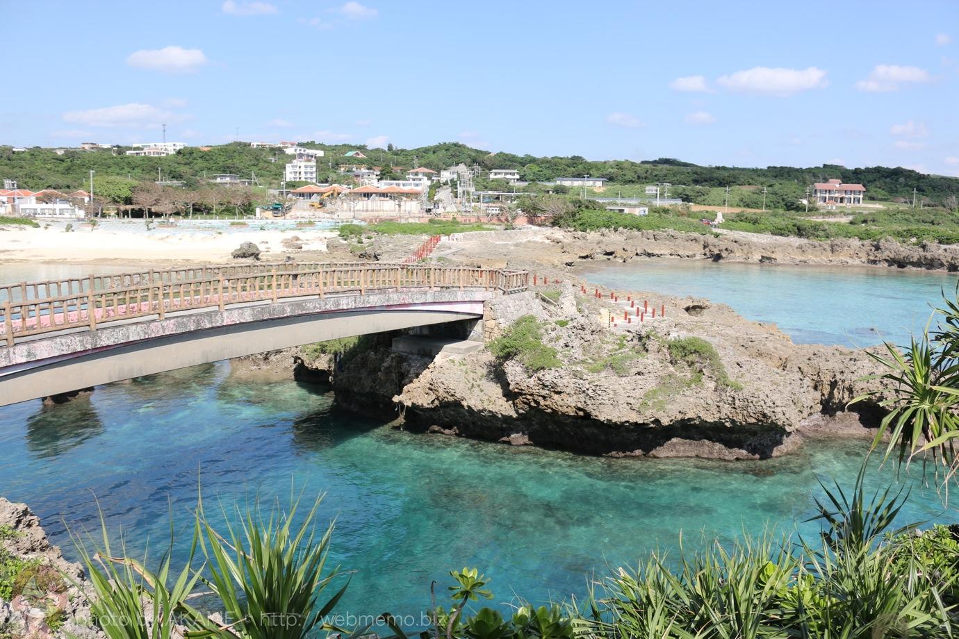 渡ってきた橋の様子と綺麗な海
