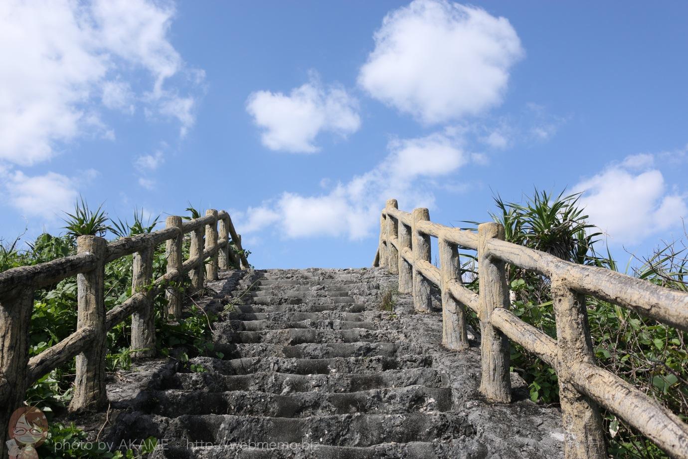 青空に向かってのびる階段