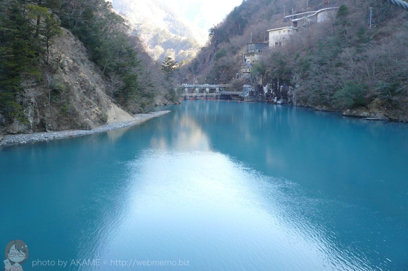 夢の吊り橋から見たコバルトブルーの湖