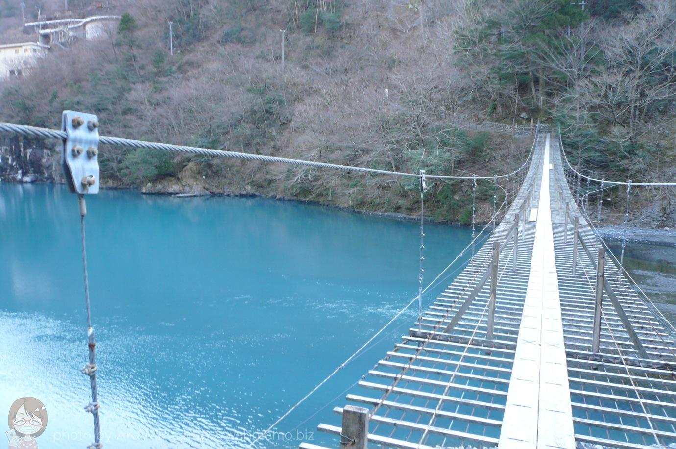 夢の吊り橋とコバルトブルーの湖