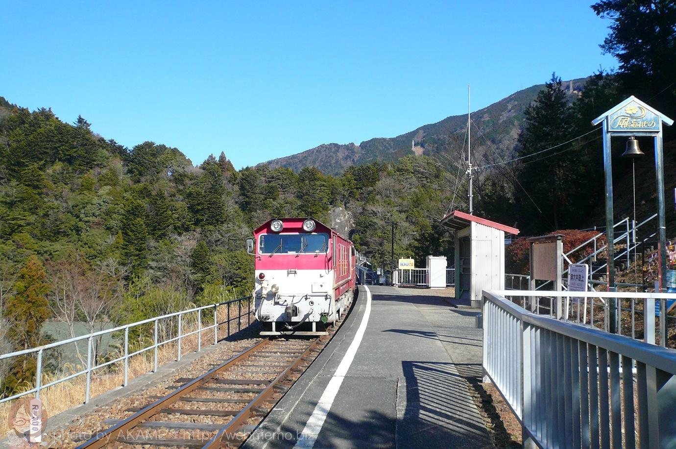 奥大井湖上駅から南アルプスあぷとラインを見送る様子
