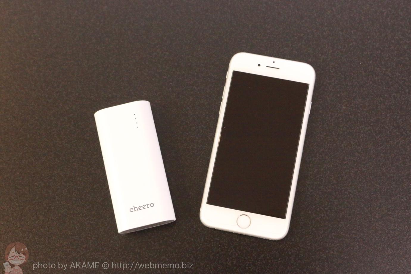 cheero Power Plus 3 mini 5200mAh ホワイトとiPhone 6のサイズ比較
