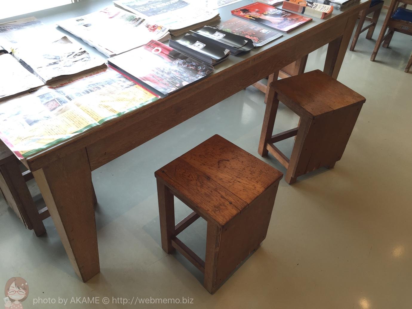 """懐かしい木製のテーブルと椅子"""""""""""