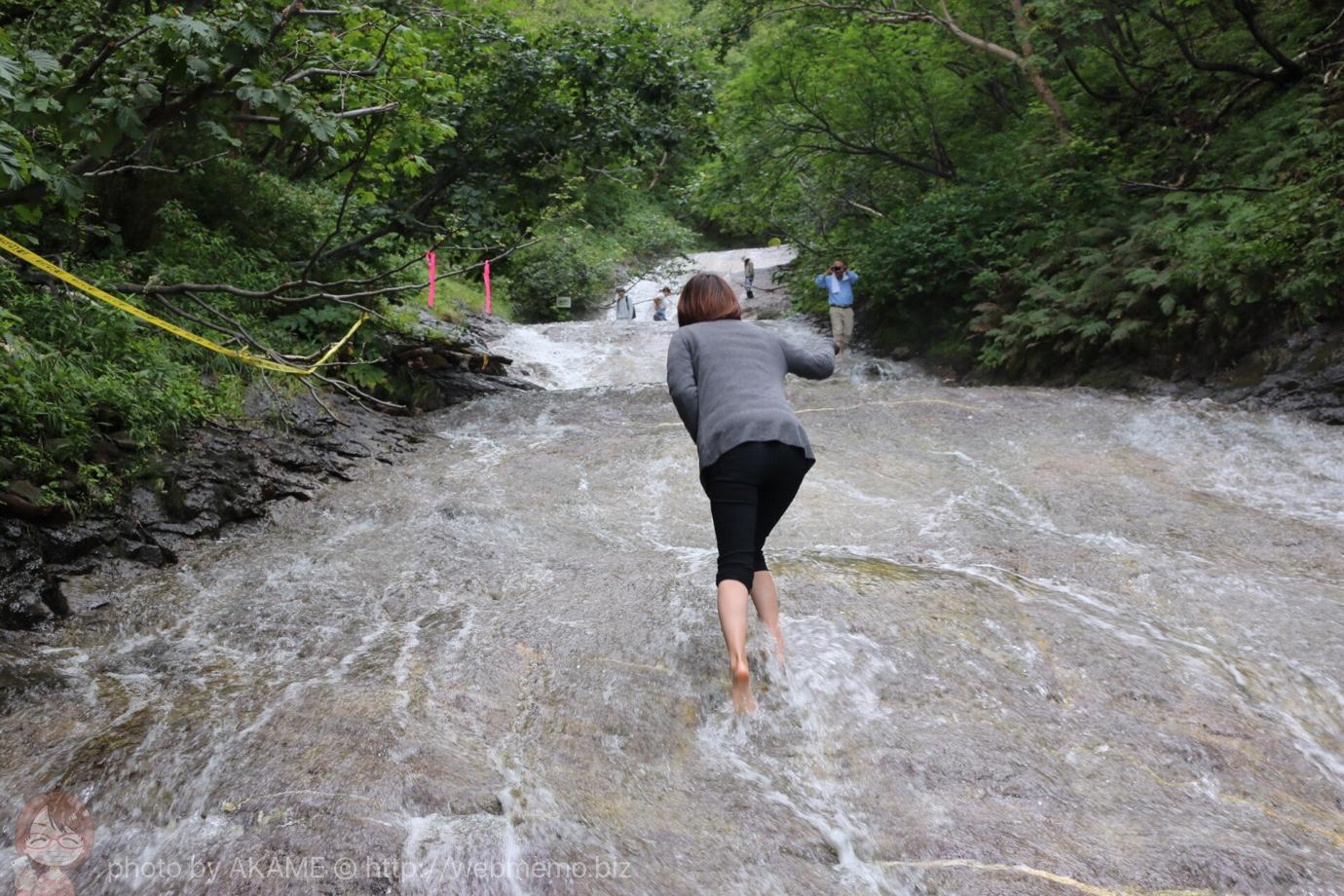 知床ウトロ観光 温泉でできた「カムイワッカ湯の滝」を素足で登った!超楽しいけど規制に注意
