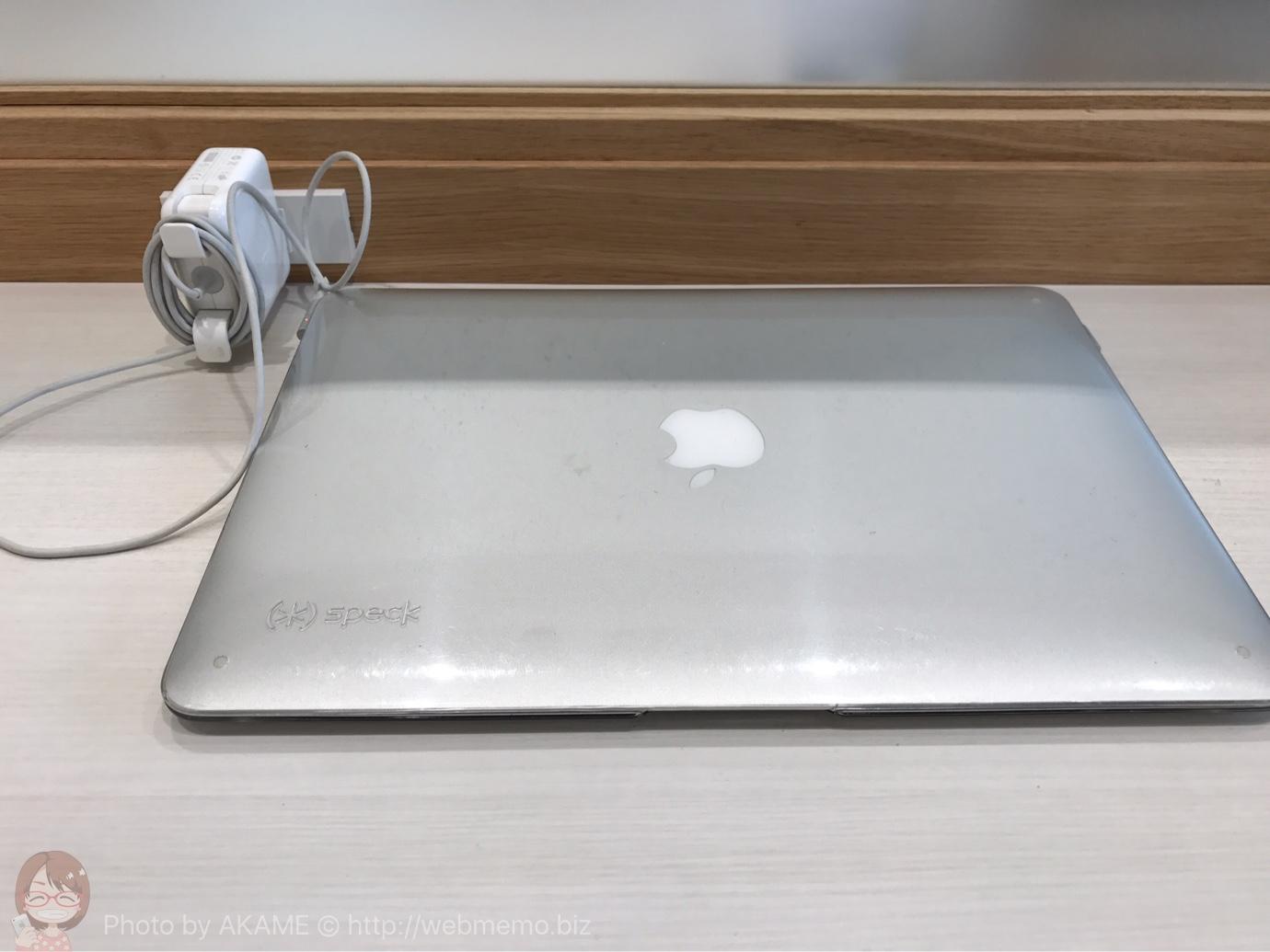 Macをテーブルに置いた様子