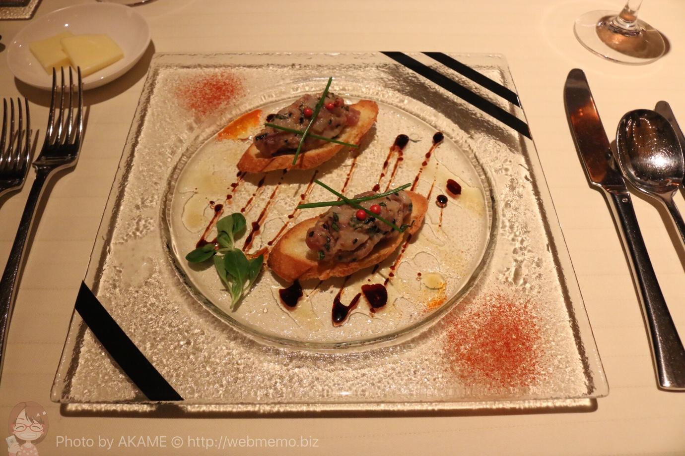 鮪と帆立貝のタルタル ムスクランサラダとハーブ添え