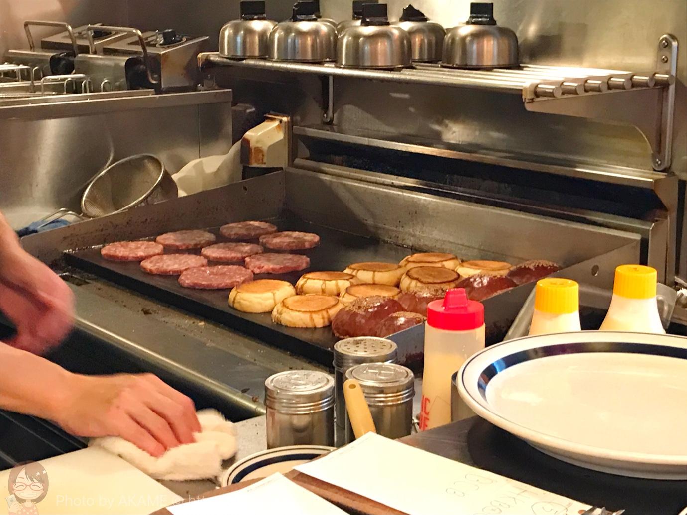 ハンバーガーを作る光景