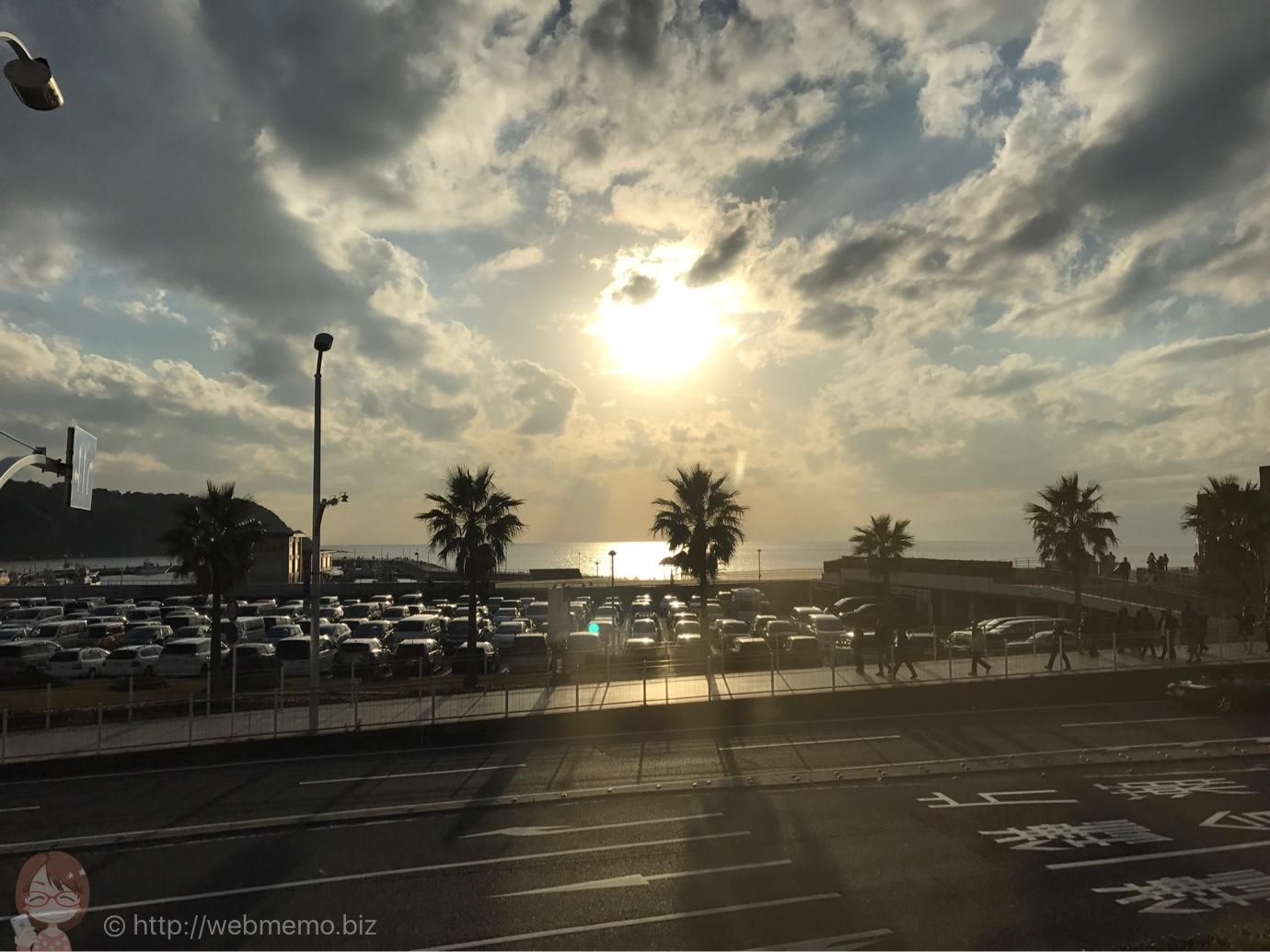 窓からの眺め 江ノ島とサンセット