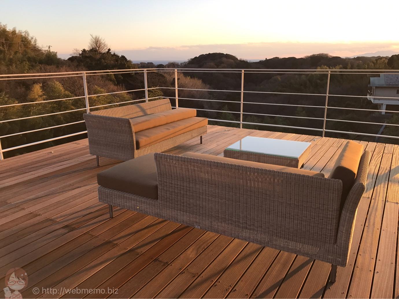 ル・ミリュウ 屋上テラス席から見た夕陽と海と山々