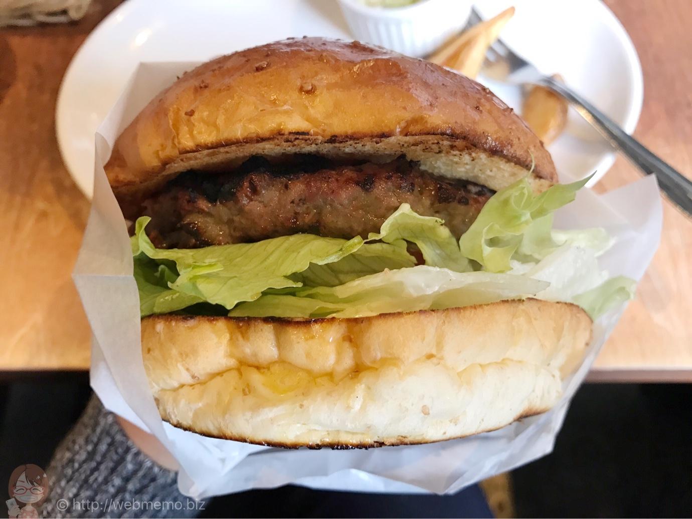 バーガー専門店「フェローズ」は開店前から行列!超ビッグ、肉の香ばしさが最強のハンバーガー