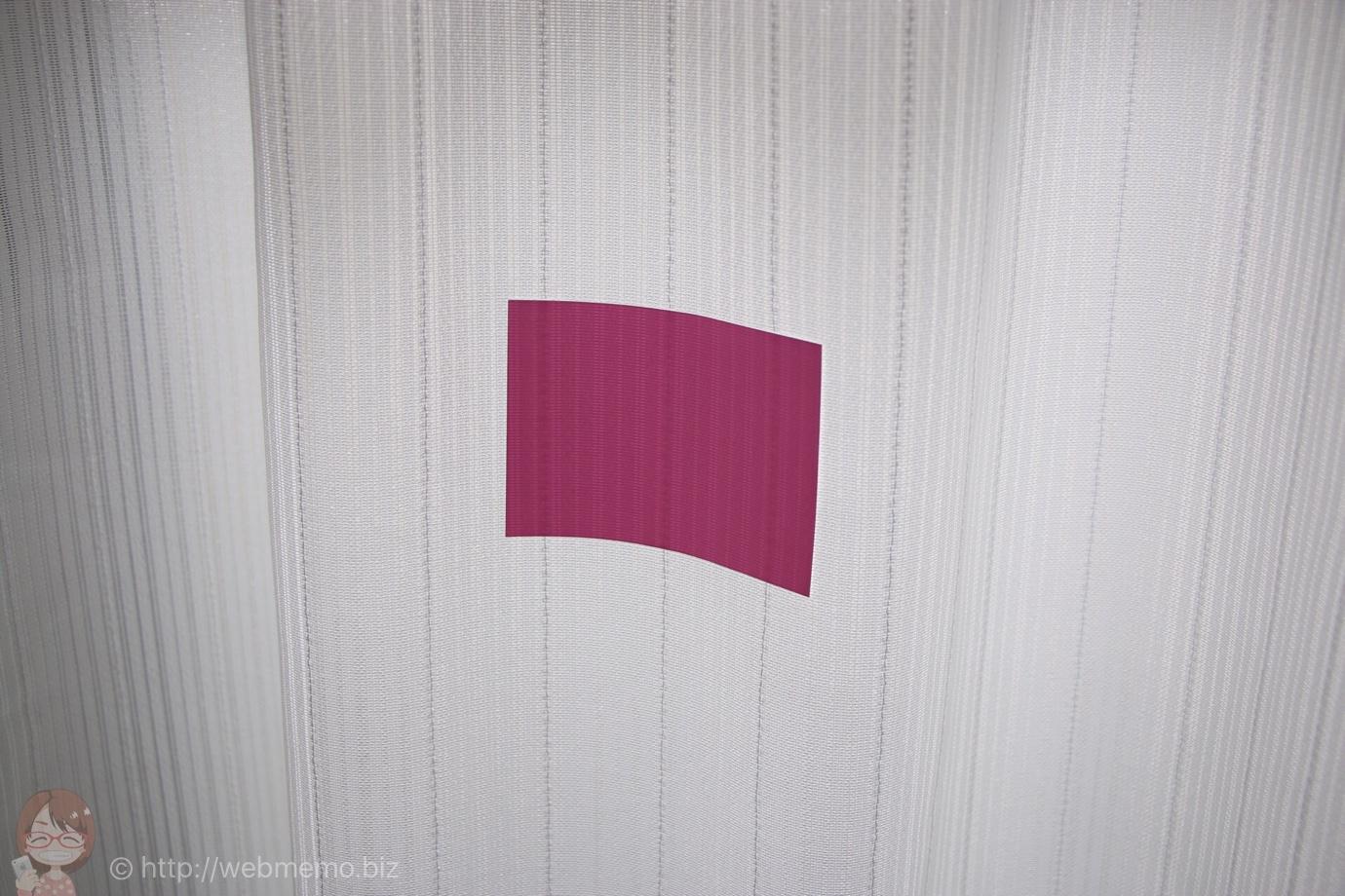 カーテンに貼り付くmagnetic NOTES