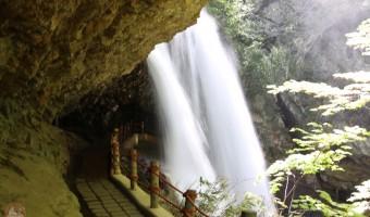 長野観光「雷滝」は至近距離で滝を体感できる滝初心者も安心の豪快・裏見滝