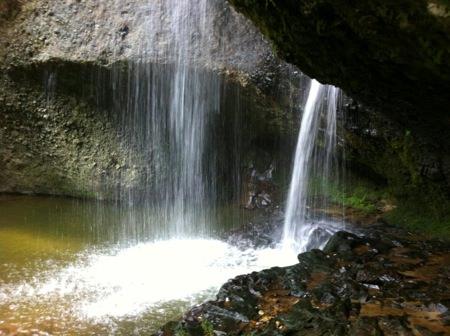 もっと近づくと滝の裏にまで行けちゃう