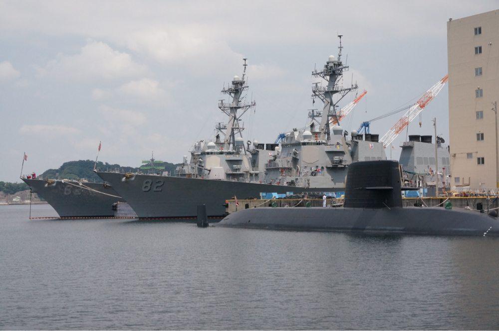 軍艦と潜水艦のコラボ