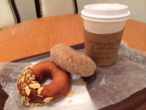 紅茶ときなこドーナツとこの店一番人気のメープルナッツ