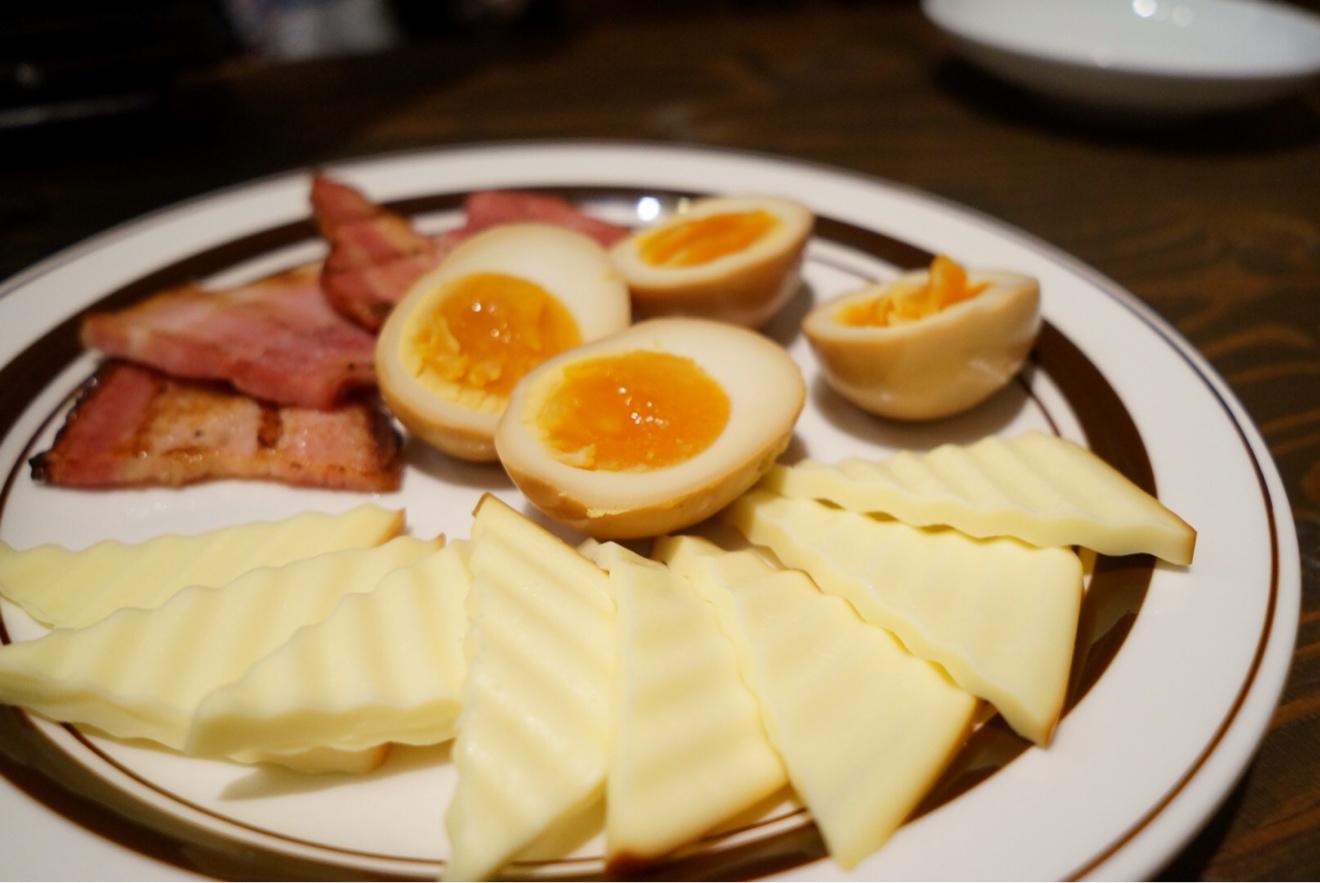 燻製の卵やベーコン、チーズ