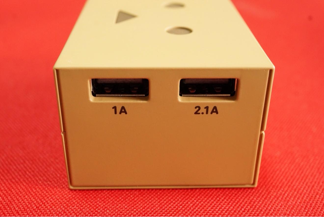 1Aと2.1AのUSBポートが付いているので、iPhone、AndroidなどのスマホやiPadの充電が可能です。